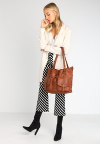 Tamaris - BERNADETTE - Shopping Bag - cognac - 1