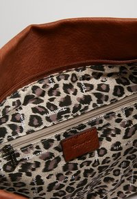 Tamaris - BERNADETTE - Shopping Bag - cognac - 4