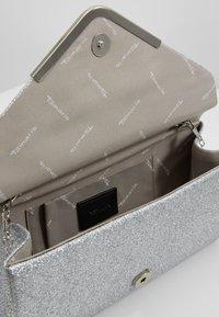 Tamaris - BRIANNA CLUTCH BAG - Clutch - silver - 4
