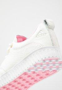 adidas Golf - ADICROSS PPF - Golfové boty - white tint/true pink/gold metallic - 5