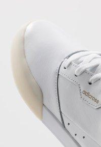 adidas Golf - ADICROSS RETRO - Golfové boty - footwear white/gold metallic/crystal white - 5