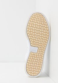 adidas Golf - ADICROSS RETRO - Golfové boty - footwear white/gold metallic/crystal white - 4