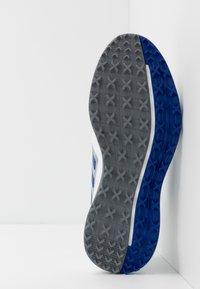 adidas Golf - CP TRAXION SL - Golfsko - footwear white/team royal blue/silver metallic - 4