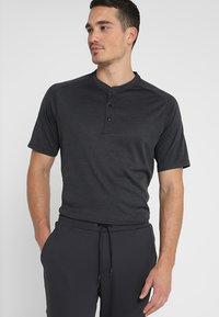 adidas Golf - ADICROSS NO SHOW TRANSITION  - Printtipaita - carbon - 0
