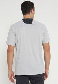 adidas Golf - ADICROSS NO SHOW TRANSITION  - T-shirt med print - grey two - 2