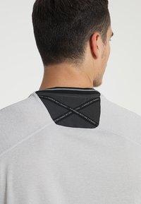adidas Golf - ADICROSS NO SHOW TRANSITION  - T-shirt med print - grey two - 3
