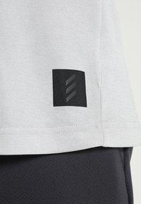 adidas Golf - ADICROSS NO SHOW TRANSITION  - T-shirt med print - grey two - 4