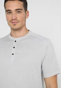 adidas Golf - ADICROSS NO SHOW TRANSITION  - T-shirt med print - grey two - 7