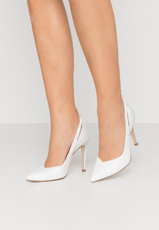 COURT SHOE - Højhælede pumps - white/pearl