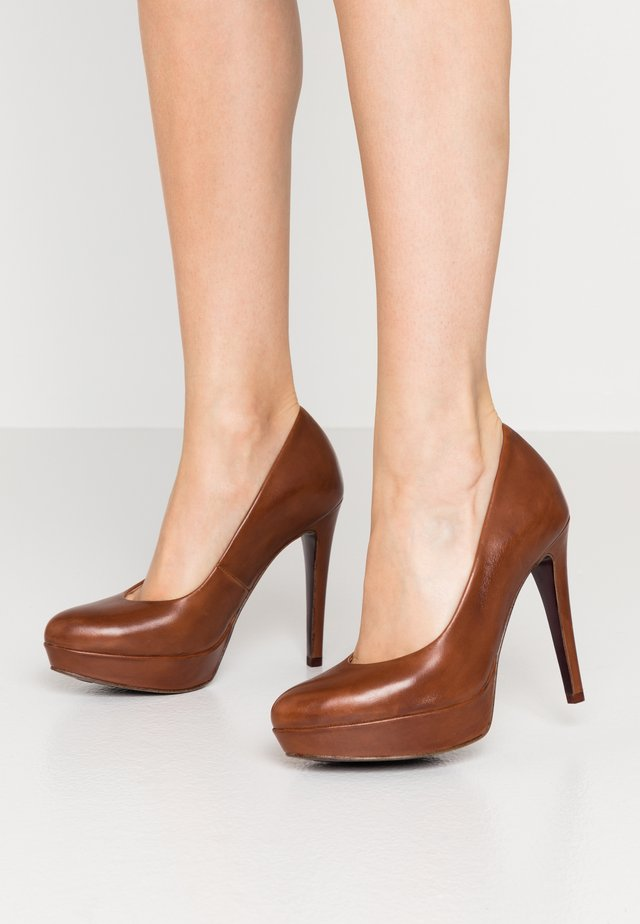 COURT SHOE - Højhælede pumps - brandy