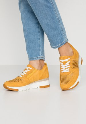 LACE UP - Baskets basses - saffron/punch