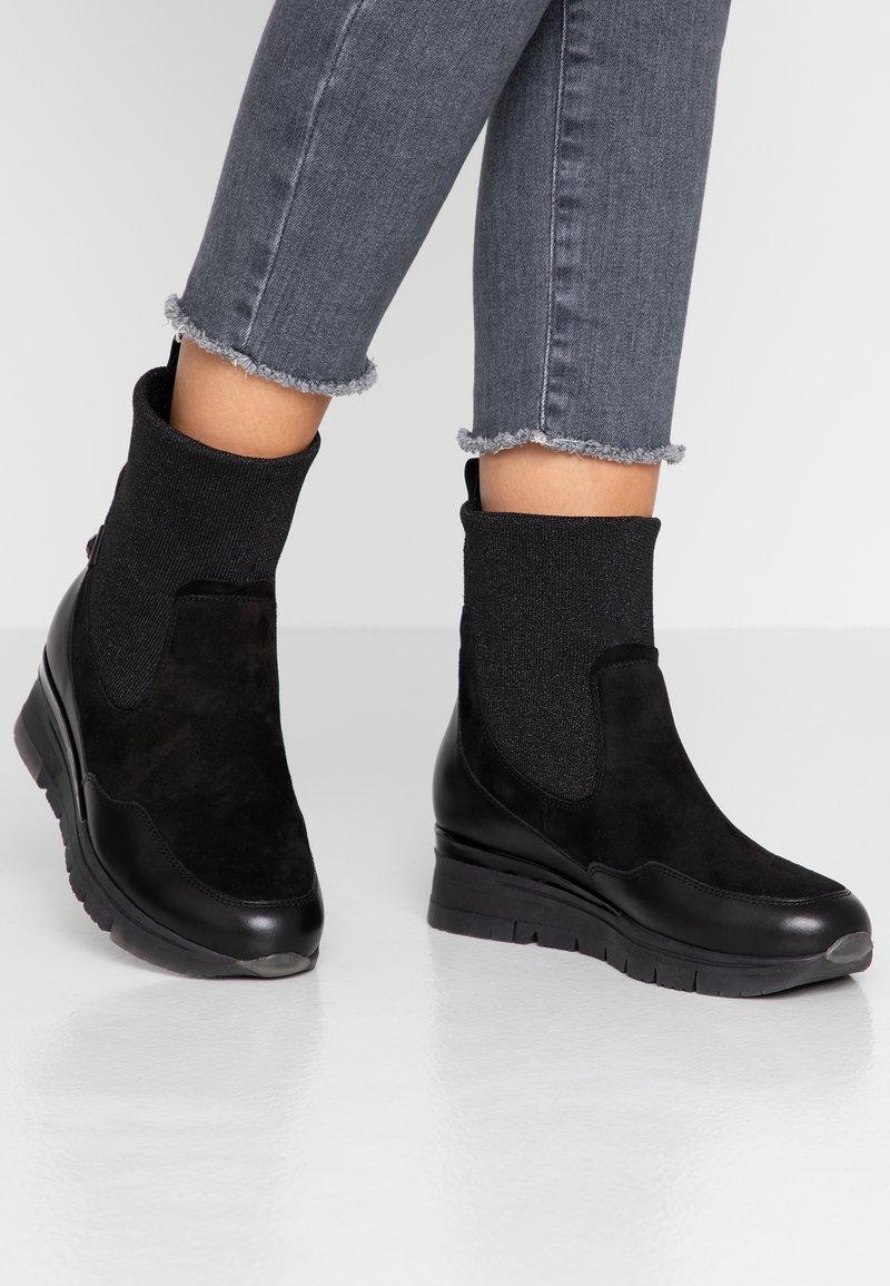 Tamaris Pure Relax - Kotníkové boty na klínu - black