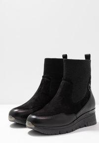 Tamaris Pure Relax - Kotníkové boty na klínu - black - 4