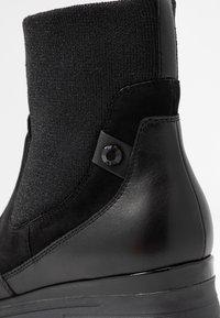 Tamaris Pure Relax - Kotníkové boty na klínu - black - 2