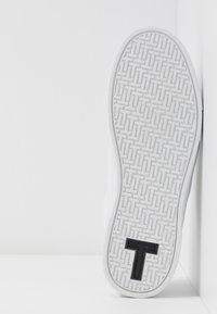 Ted Baker - TENNID - Matalavartiset tennarit - white - 6