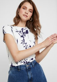 Ted Baker - MILIYY - T-shirts med print - white - 3