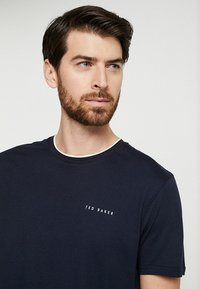 Ted Baker - ROOMA - Print T-shirt - navy - 4