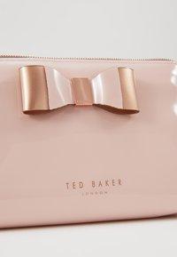 Ted Baker - VIVEKAH - Trousse - pink - 2