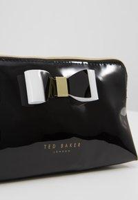 Ted Baker - VIVEKAH - Trousse - black - 3