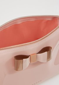 Ted Baker - VANITEE - Kosmetická taška - pink - 5