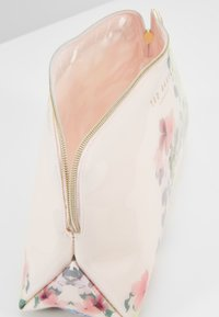 Ted Baker - TOSHIKO - Trousse - baby-pink - 4