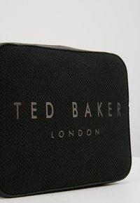Ted Baker - JOSEYY STATEMENT CAMERA XBODY - Olkalaukku - jet black - 6