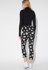 Tezenis - BEDRUCKTE CAPRI - Leggings - Trousers - nero st.magnolia - 2