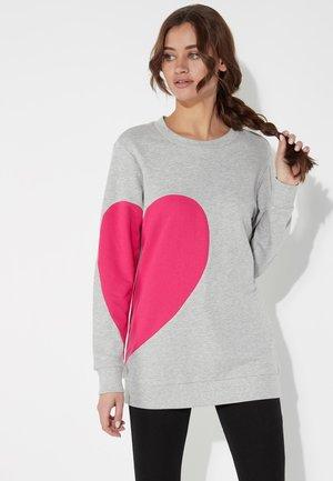 RUNDHALS-SWEATSHIRT MIT HERZ-PATCH - Sweatshirt - grigio mel.chiaro/sorbetto
