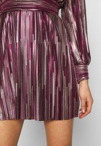 TFNC - ZOULA DRESS - Koktejlové šaty/ šaty na párty - burgundy/gold - 4