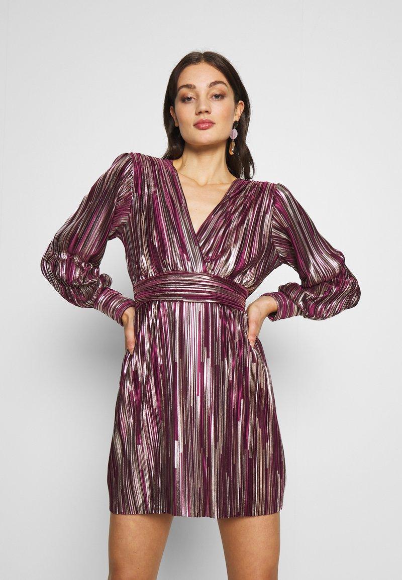 TFNC - ZOULA DRESS - Koktejlové šaty/ šaty na párty - burgundy/gold