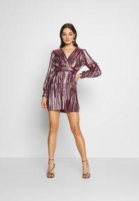 TFNC - ZOULA DRESS - Koktejlové šaty/ šaty na párty - burgundy/gold - 1