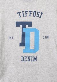 Tiffosi - PORTO - Print T-shirt - cinza - 3