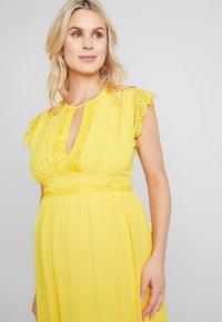 TFNC Maternity - EXCLUSIVE FINLEY MIDI DRESS - Juhlamekko - spectra yellow - 4