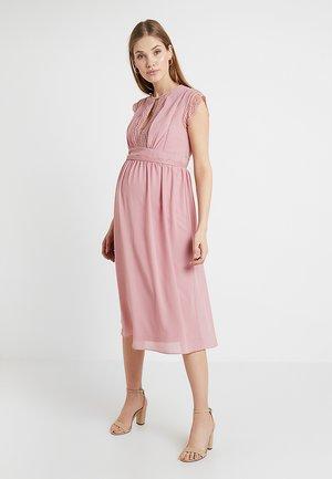 EXCLUSIVE FINLEY MIDI DRESS - Koktejlové šaty/ šaty na párty - pink