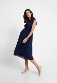 TFNC Maternity - EXCLUSIVE FINLEY MIDI DRESS - Sukienka koktajlowa - navy