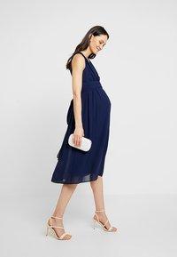 TFNC Maternity - EXCLUSIVE MATERNITY ELOIS MIDI DRESS - Sukienka letnia - navy - 1
