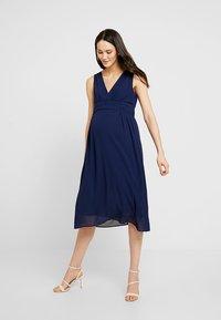 TFNC Maternity - EXCLUSIVE MATERNITY ELOIS MIDI DRESS - Sukienka letnia - navy - 0