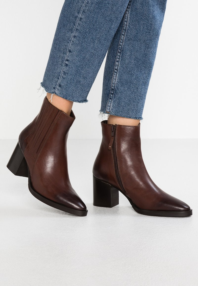 Tigha - SOLEIL - Classic ankle boots - choco