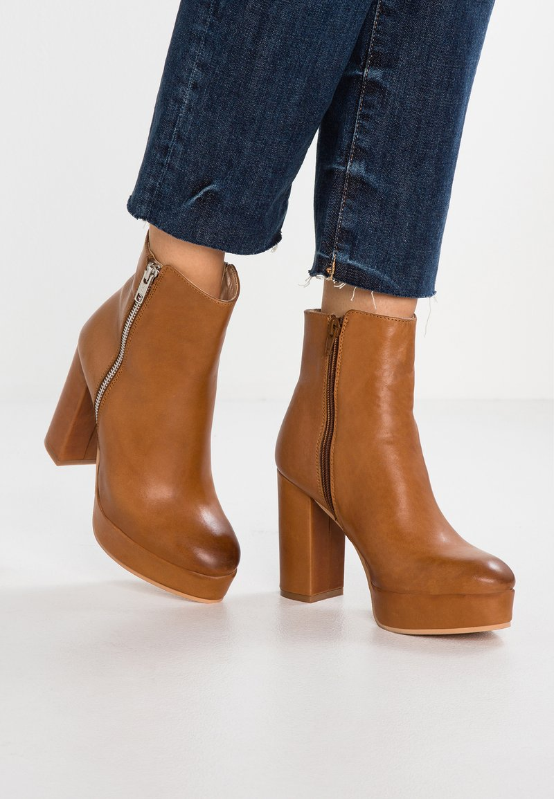 Tigha - MAGLEIGH - High heeled ankle boots - cognac