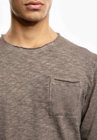 Tigha - Long sleeved top - vintage mud - 3