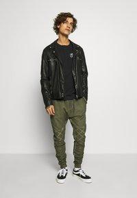 Tigha - EINAR - Teplákové kalhoty - military green - 1