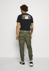 Tigha - EINAR - Teplákové kalhoty - military green - 2