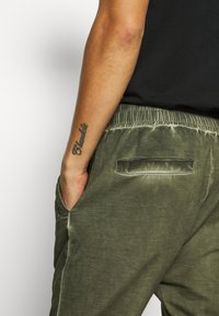 Tigha - EINAR - Teplákové kalhoty - military green - 5