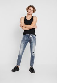 Tigha - BILLY THE KID PATCHED - Jeans Skinny Fit - mid blue - 1