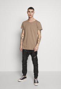 Tigha - WREN - Basic T-shirt - dark sand - 1