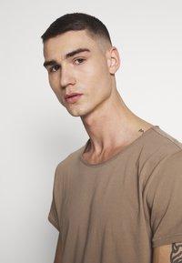 Tigha - WREN - Basic T-shirt - dark sand - 3