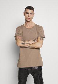 Tigha - WREN - Basic T-shirt - dark sand - 0
