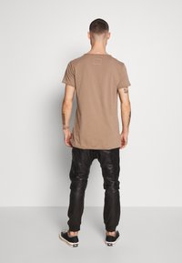Tigha - WREN - Basic T-shirt - dark sand - 2