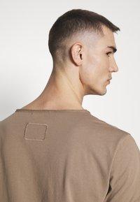 Tigha - WREN - Basic T-shirt - dark sand - 5