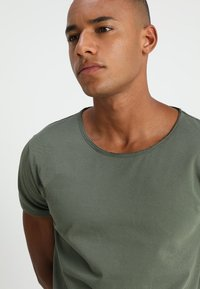 Tigha - WREN - T-shirts - military green - 4